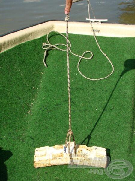 A súlyt fehérre festem, a kötélre pedig a súlytól számolva szűk méternyire egy csomó kerül