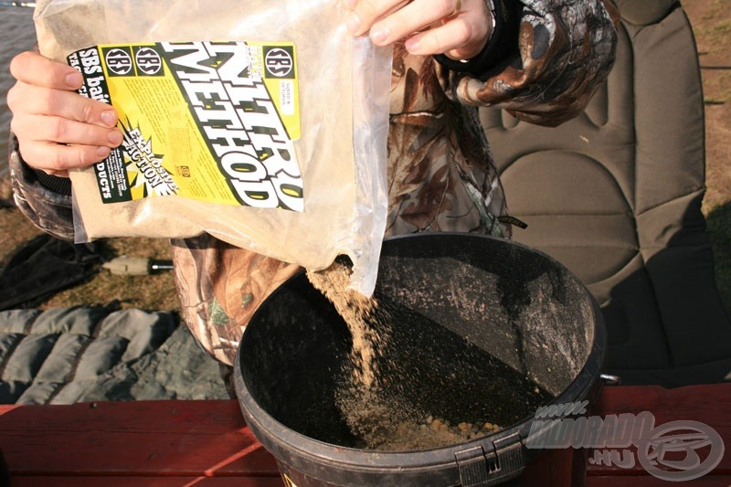 … majd a Betain Carp pellet hozzáadása után lassan szórjátok hozzá a polipos-tintahalas ízesítésű Method mixet