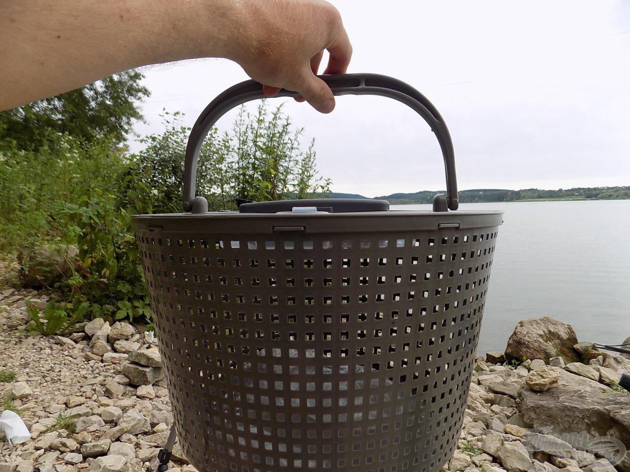 Csónakos horgászatnál elég, ha csak a rácsos betétet lógatjuk a vízbe, természetesen ekkor a pumpára nincs szükség, hiszen a friss víz cserélődése folyamatosan történik