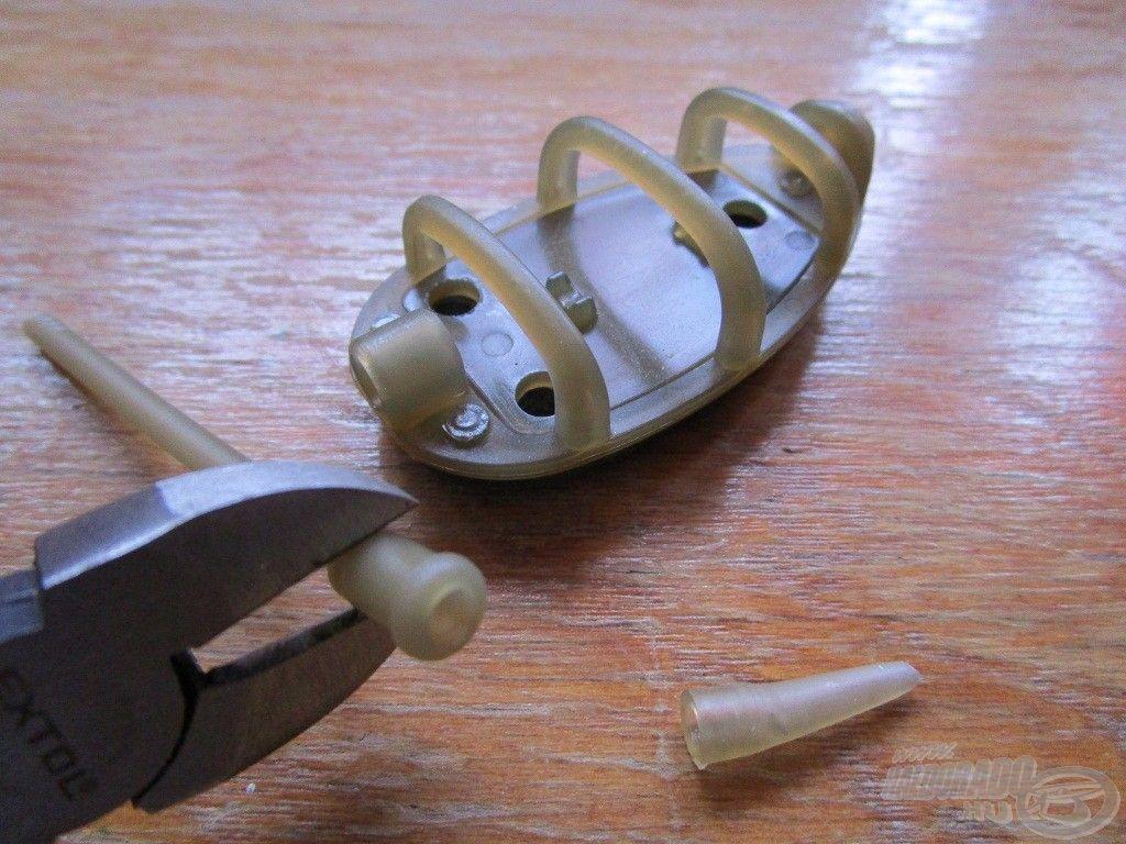Csípőfogóval le kell vágni a method kosárban található műanyag cső végét…