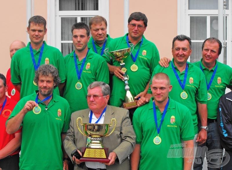 A dobogó legfelső fokán a magyar csapat! Gratulálunk, fiúk!