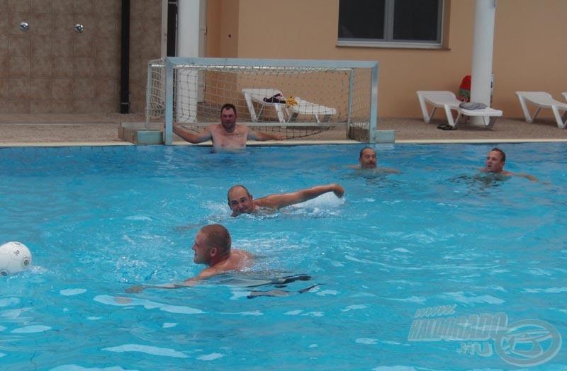 És egy kis humor a legvégére: az angol mesterek ezen a hétvégén egy másik versenyen is kikaptak a magyaroktól. A szálloda medencéjében egy barátságos vízilabda mérkőzésre is sor került, ahol a végeredmény 4:3-lett a magyarok javára