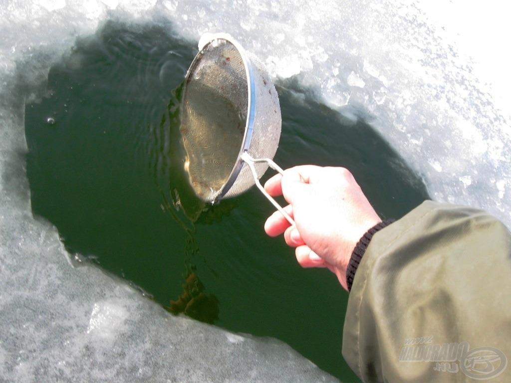 Tésztaszűrővel szedtük le a jéghártyát a vízről