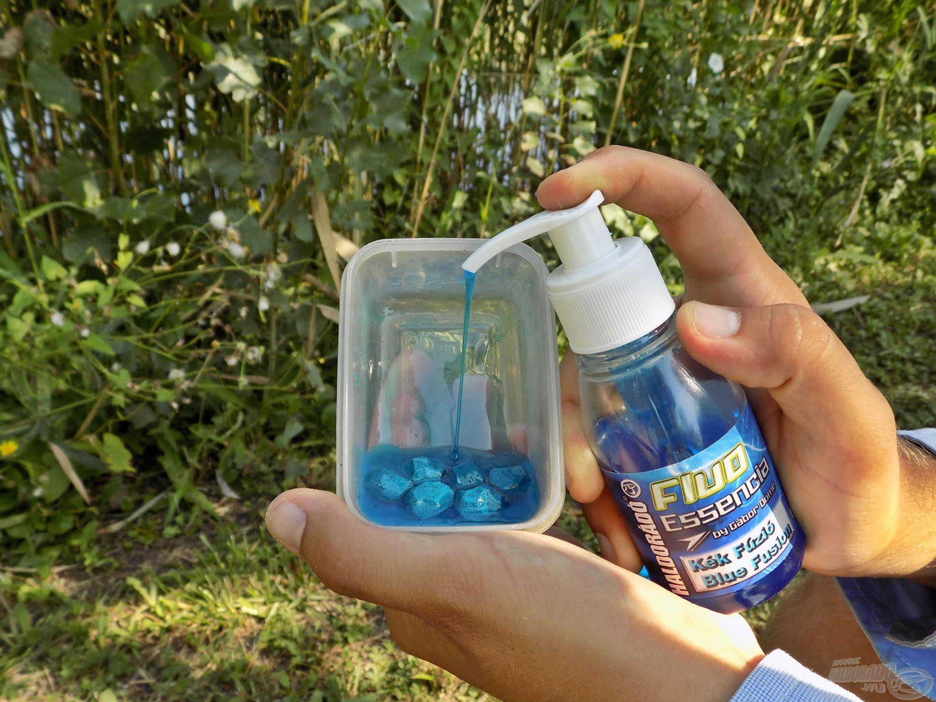 A Kék Fúzió pelletből a 16 mm-es változatot faragom szabálytalan alakúra, majd ízben hozzá passzoló, sűrű Fluo Essenciába áztatom csalizás előtt