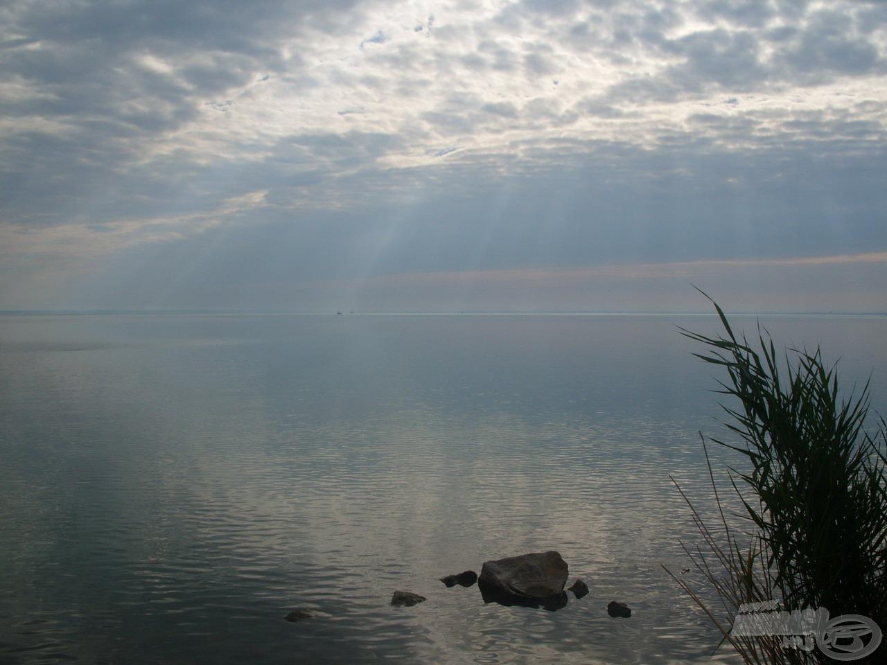 Ez a csodálatos kép tárult elém reggeli érkezéskor, miközben az éledező Nap minden erejével próbált áttörni a végeláthatatlan vizet övező felhőtakarón