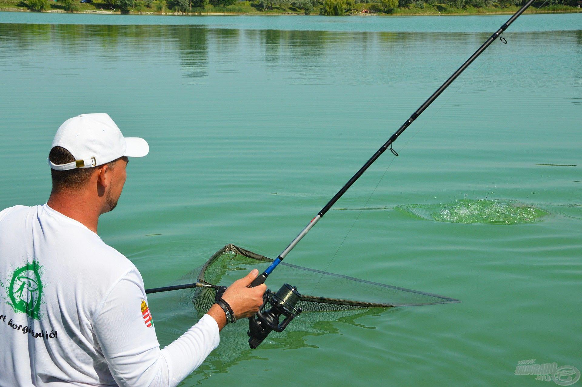 A nyári hőségben fantasztikus érzés volt a hűsítő vízben állva fárasztani a halakat