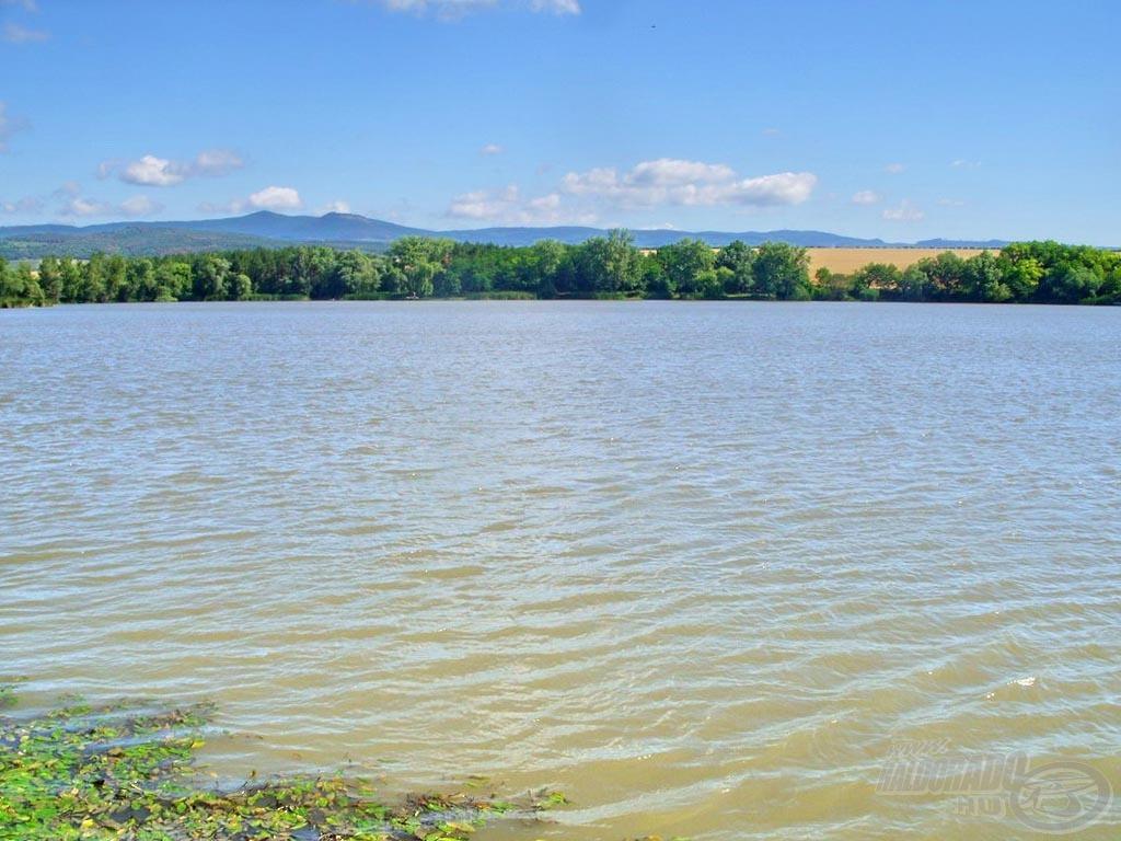 Csodálatos környezetben fekvő horgászvíz