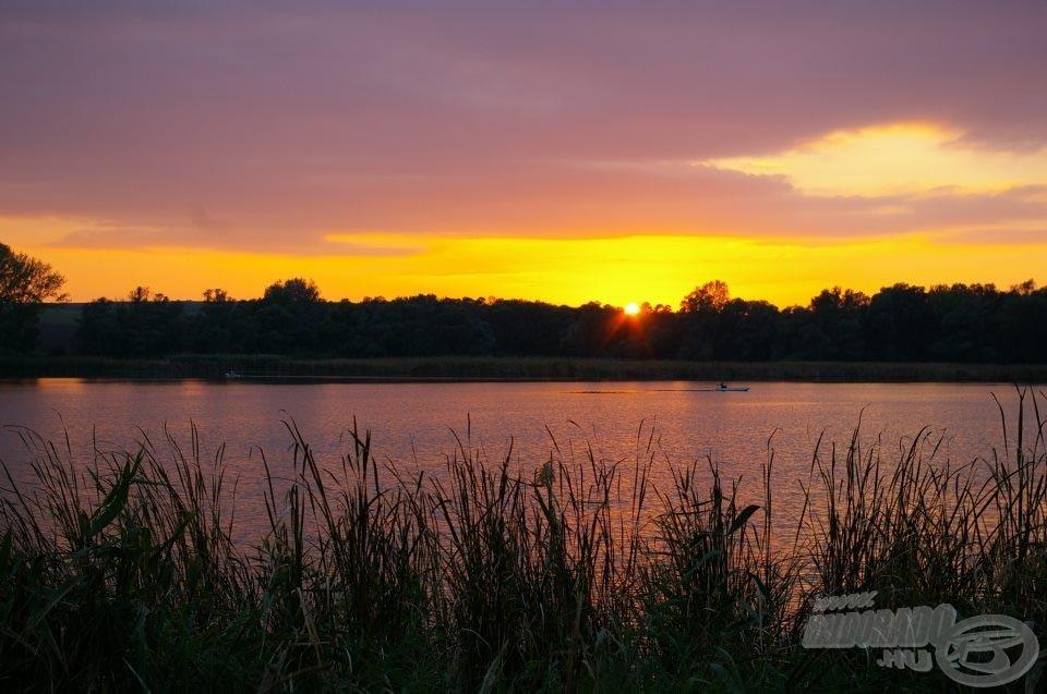 A lenyugvó Nap vörösen izzó fénye káprázatos harcot vívott az alkonyat árnyaival