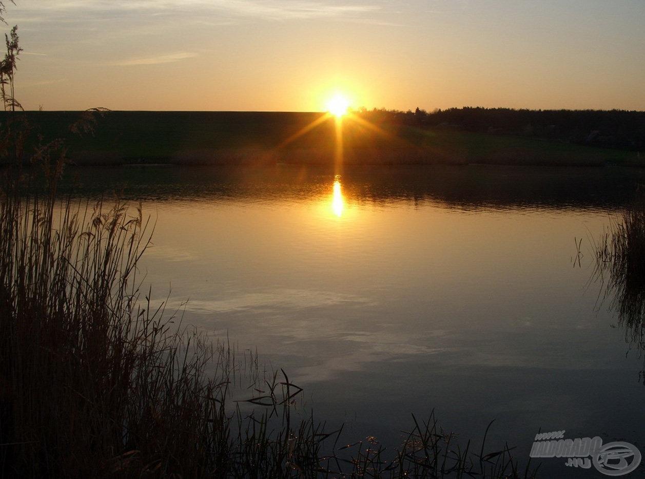 Mikor a Nap felbukkant a horizont mögött, már a parton kerestem a leendő horgászhelyem