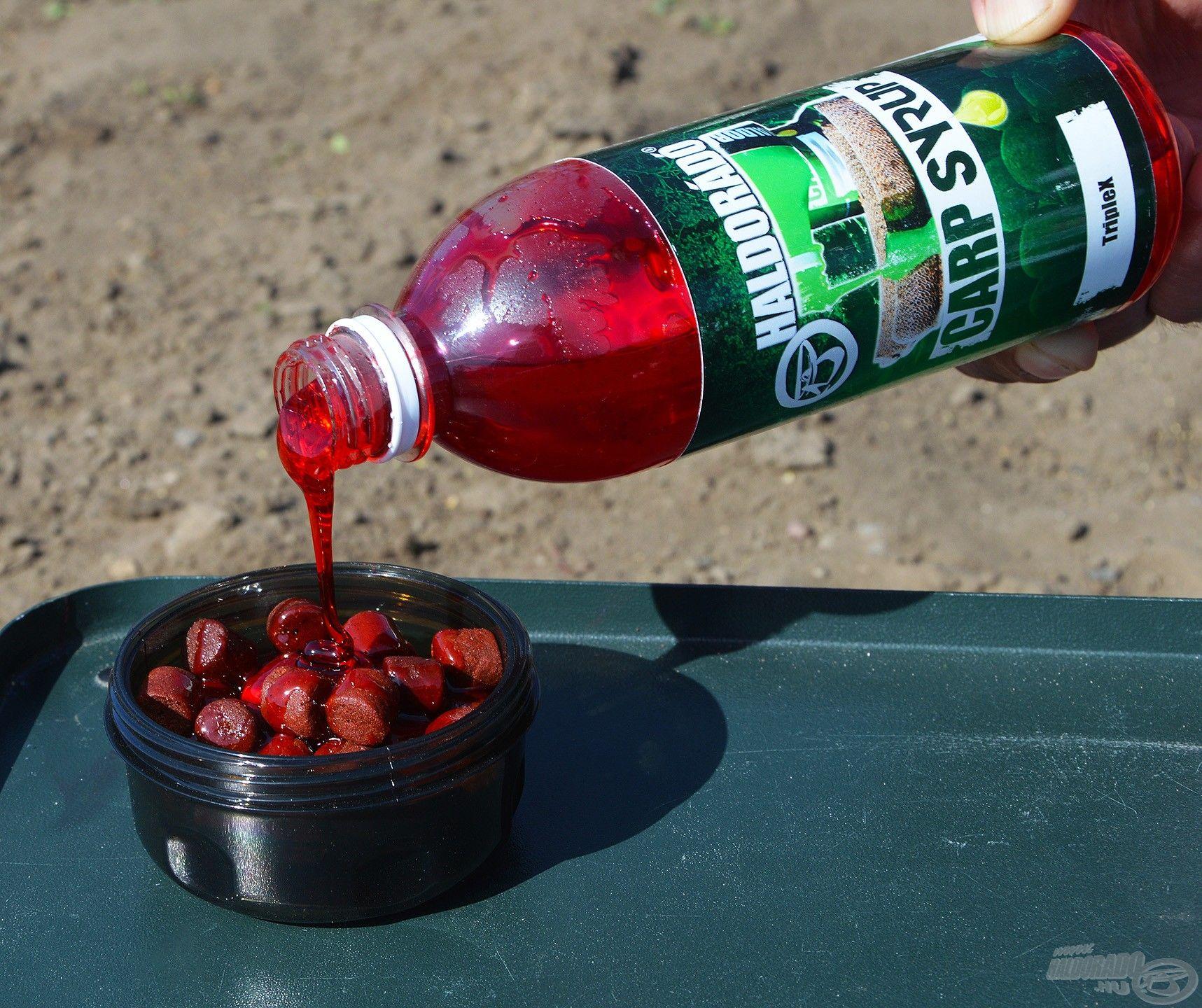 A tégely rácsos tároló kosarába belehelyeztem a red halibut pelleteket, majd jól nyakon öntöttem TripleX Carp Syrup aromával