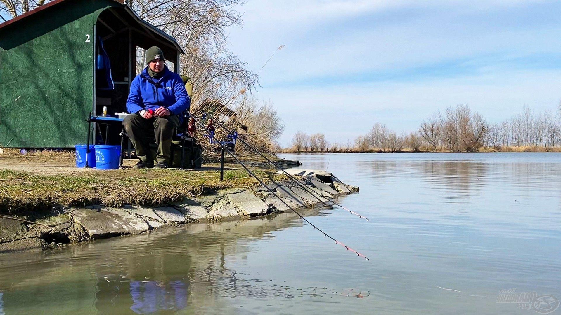 Végre, a vízparton, a botok mögött! Kíváncsian vártam, mit tartogat számomra a Préri Bojlis-tó?!