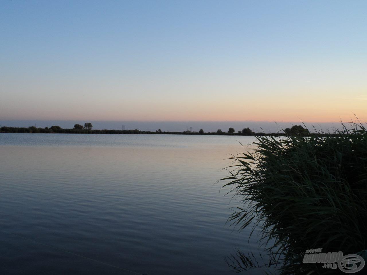 A tó gyönyörű látványa naplemente alatt