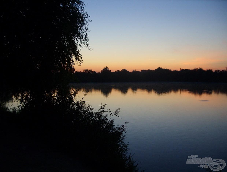 Gyönyörű hajnal fogadott a vízparton, már a megérkezésemkor biztató jelek törték meg az ébredező víztükröt
