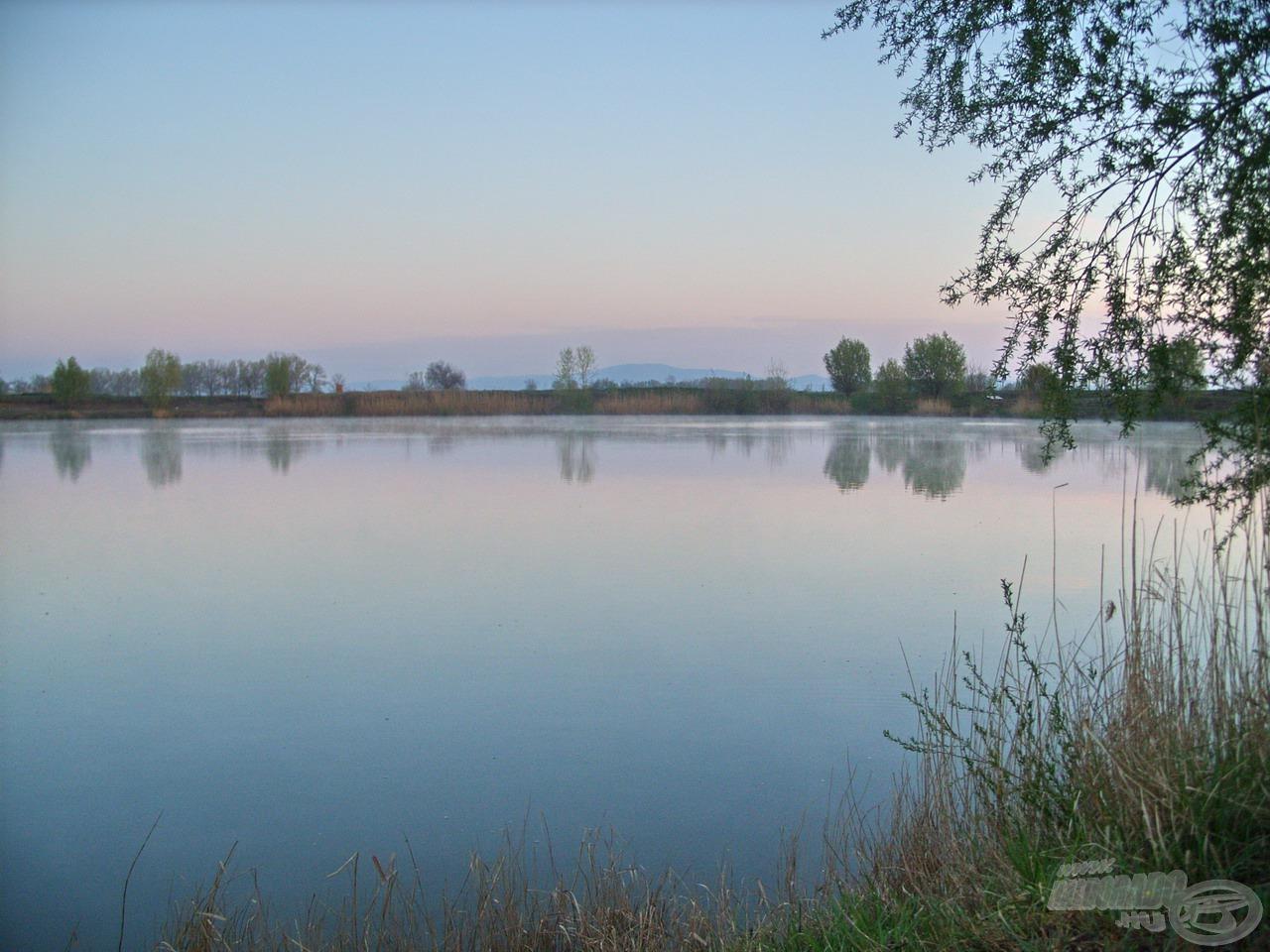 Ahogy a tó felszínéről felszállni látszott a sűrű ködfátyol, gyönyörű hajnali képet festett elém a Mátrával a távolban