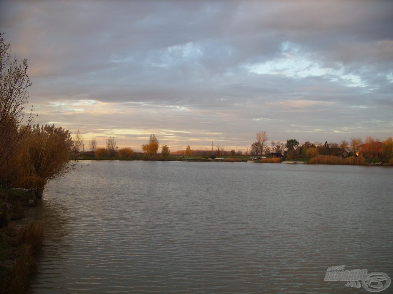 Egyre közeledett a nap és a horgászat vége, jó érzés volt megpihentetni szemem a hangulatos őszi tájon