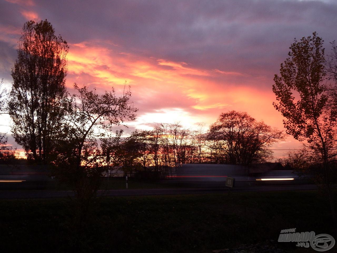Élményekkel telve indulhattam haza a vöröslő fényekben pompázó, nyüzsgő naplementében