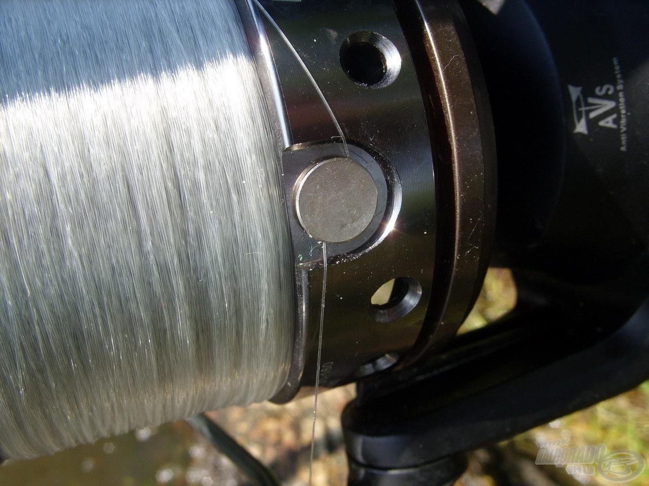 … akárcsak a minőségi, lekerekített fém zsinórklipsznek, ami biztosan nem sérti meg a kiakasztott vékony monofil zsinórok felületét sem