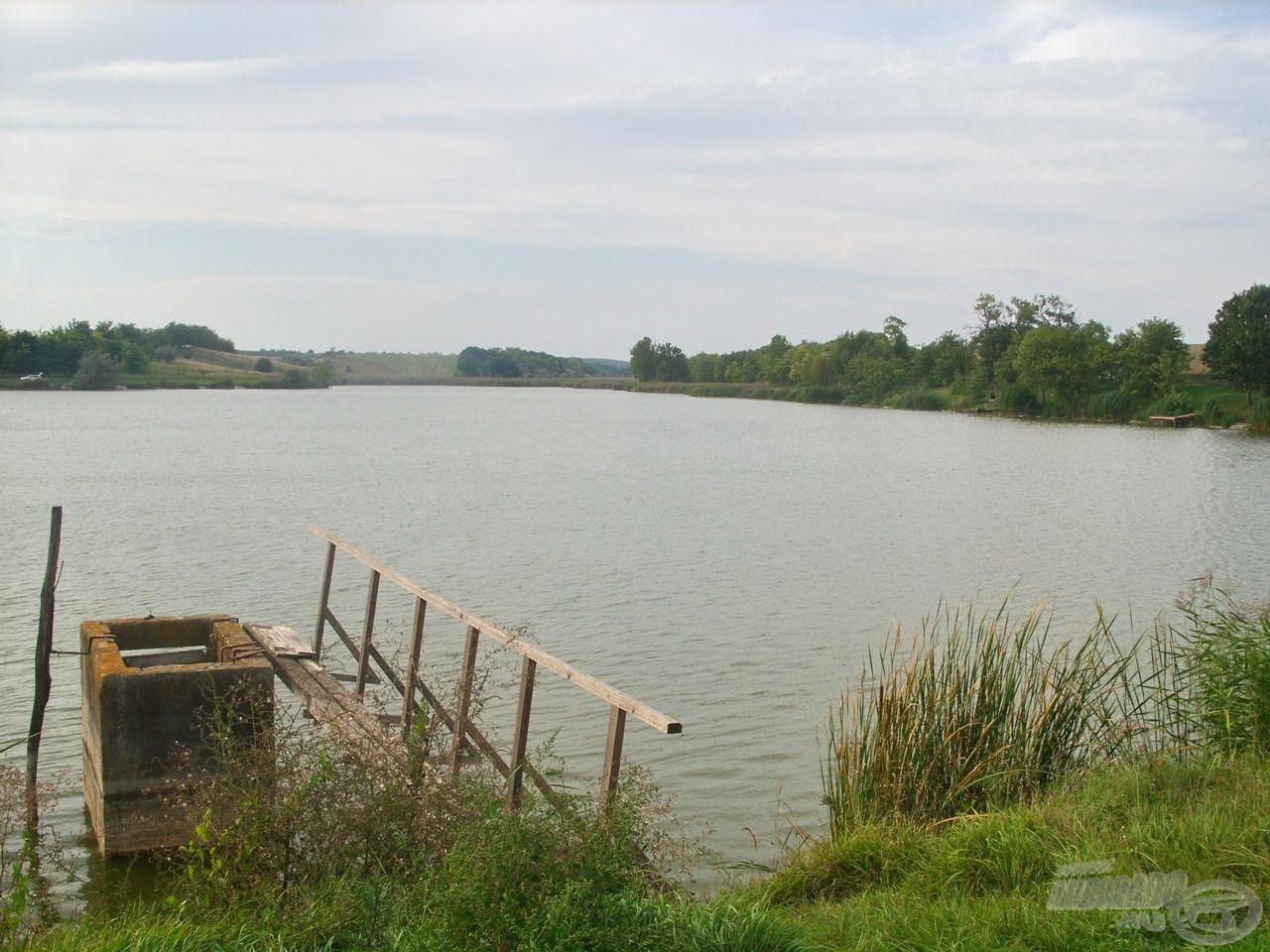 A tó középső területe széles vízfelületet és rengeteg lehetőséget kínál horgászatra