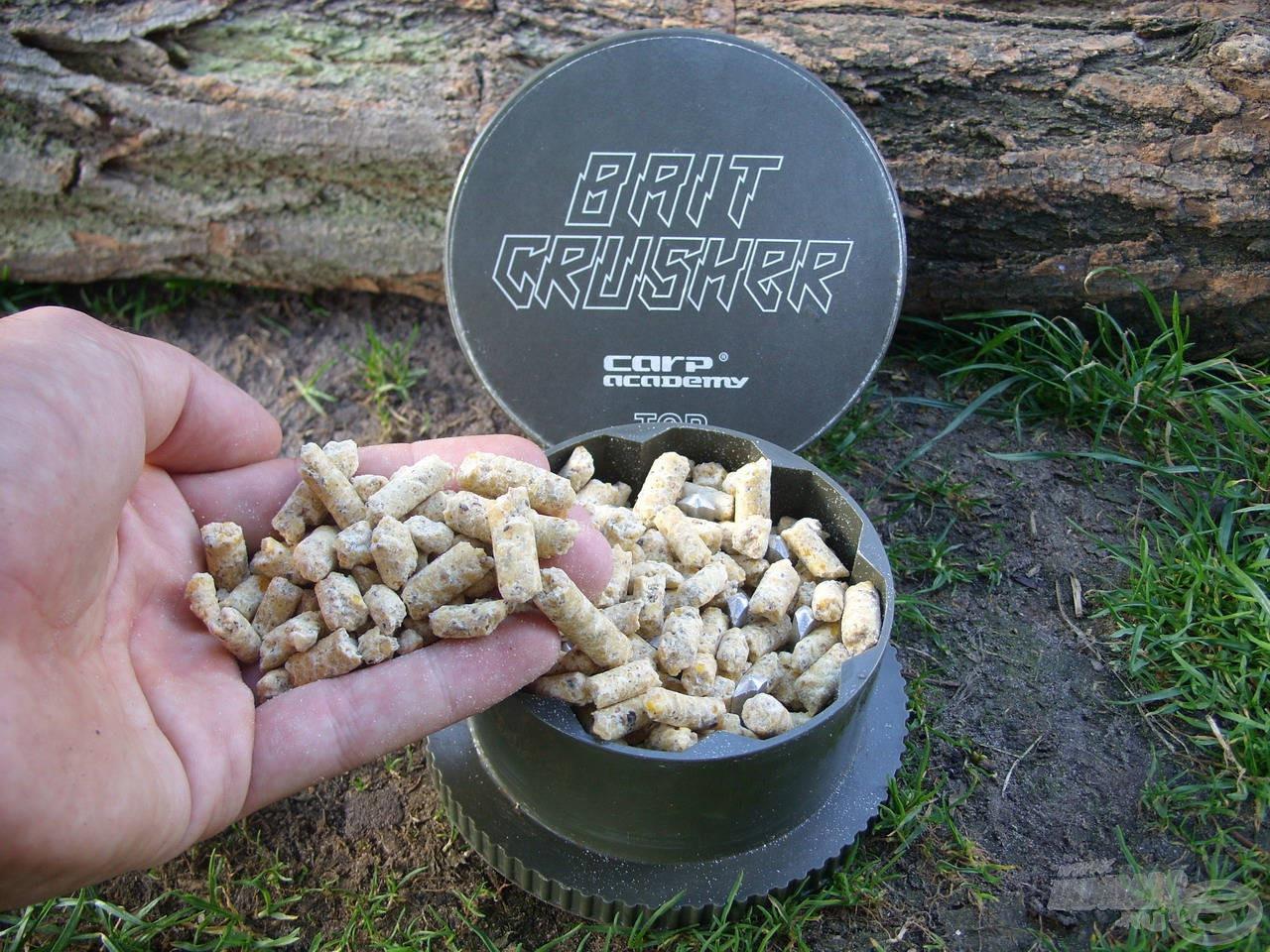 A hidegen sajtolt kukoricacsíra pelleteket csaliőrlőbe helyeztem és segítségével finomabbra formáltam
