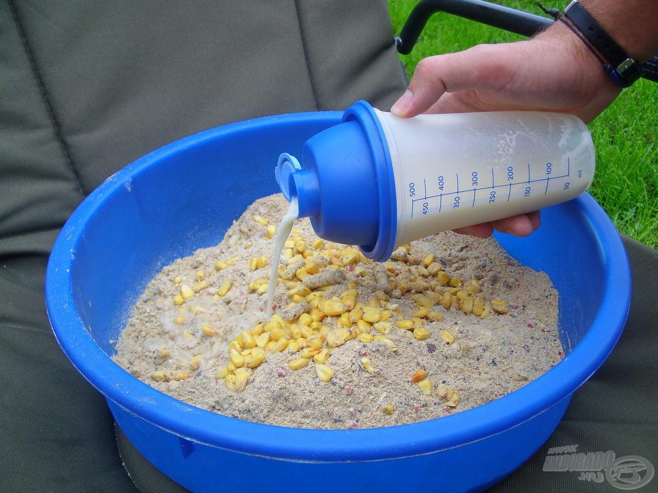 Fontos, hogy miután összeráztuk a folyékony mixet, rögtön öntsük az etetőanyagunk száraz összetevőire, mert a Gold Corn Cream pép fajsúlya sokkal nagyobb a vízénél, ezért másodpercek alatt képes leülepedni