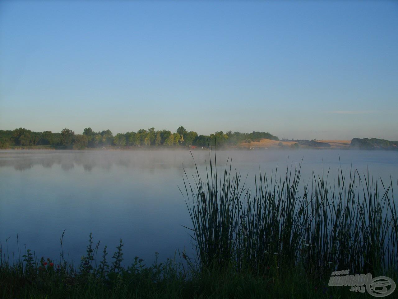 Gőzölgő, nyugodt víztükör fogadott az ébredező tó partján