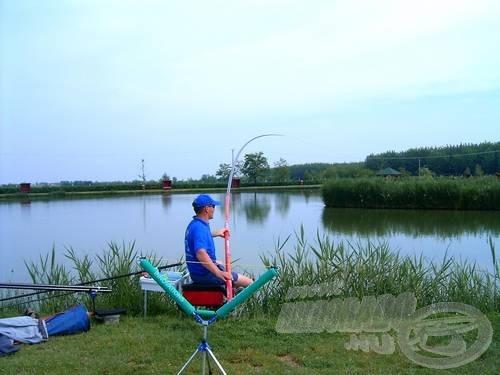 Amíg Gábor a feederbotos horgászatból tartott bemutatót, én rakóssal kergettem a pontyokat