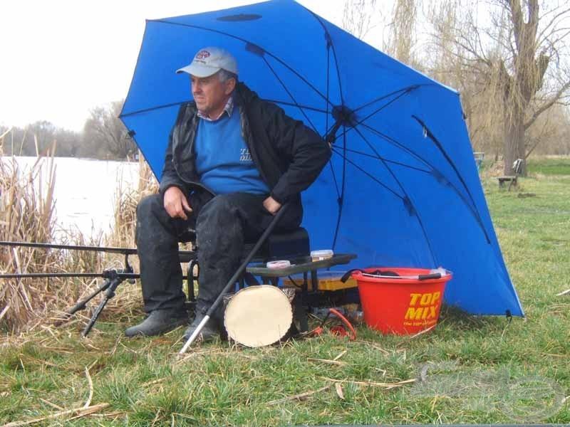 És mielőtt valaki kételkedne, igenis, kényelmesen alá lehet ülni, a felszerelést is védi a széltől, esőtől és a horgászatot sem akadályozza