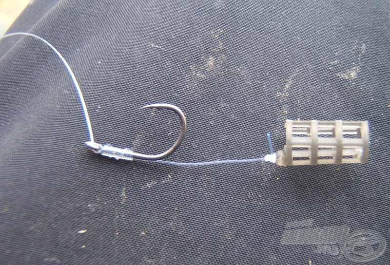 A következő lépés a horog felkötése a már ismert csomómentes kötéssel. A kosárelőke hosszát 2-2,5 cm-re célszerű beállítani