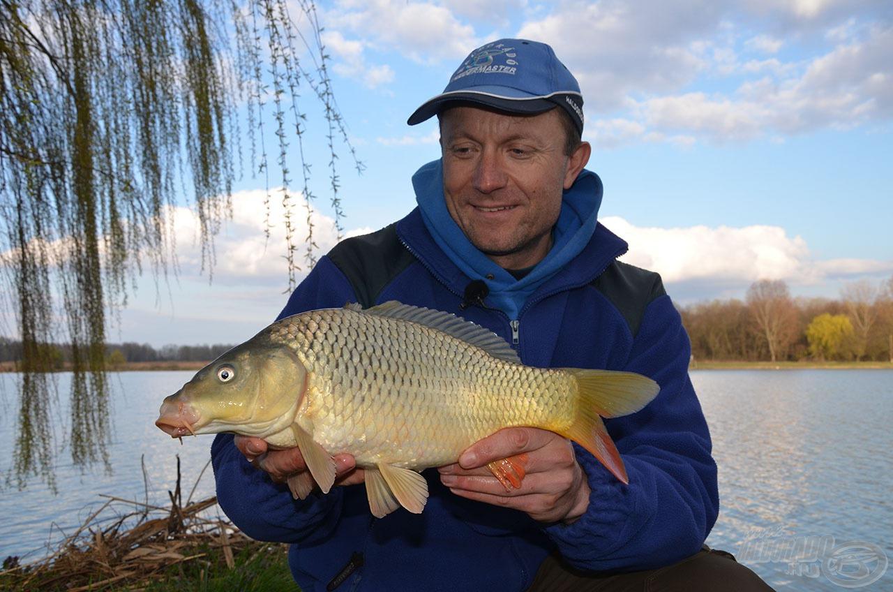 Ez a magyar valóság! Az egyesületi tavakon többnyire ilyen méretű halakkal pózolhat a horgász