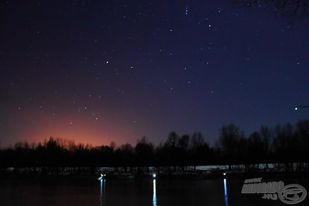 """Remélem, a fotó vissza tudja adni a vízpart éjszakai szépségét. Fent-középen az Orion csillagkép alsó része látható, alatta a Nyúl, attól balra a Nagy Kutya a Szíriusszal, míg jobb oldalon alul a világítópatron zöld """"csillaga"""" :)"""