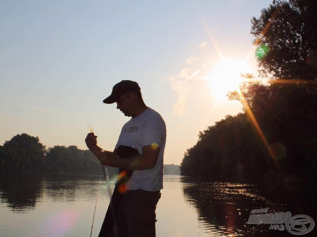 6:11 - úton a kiválasztott horgászhely felé, miközben Sanyi már időt spórolva szereli is a botjait