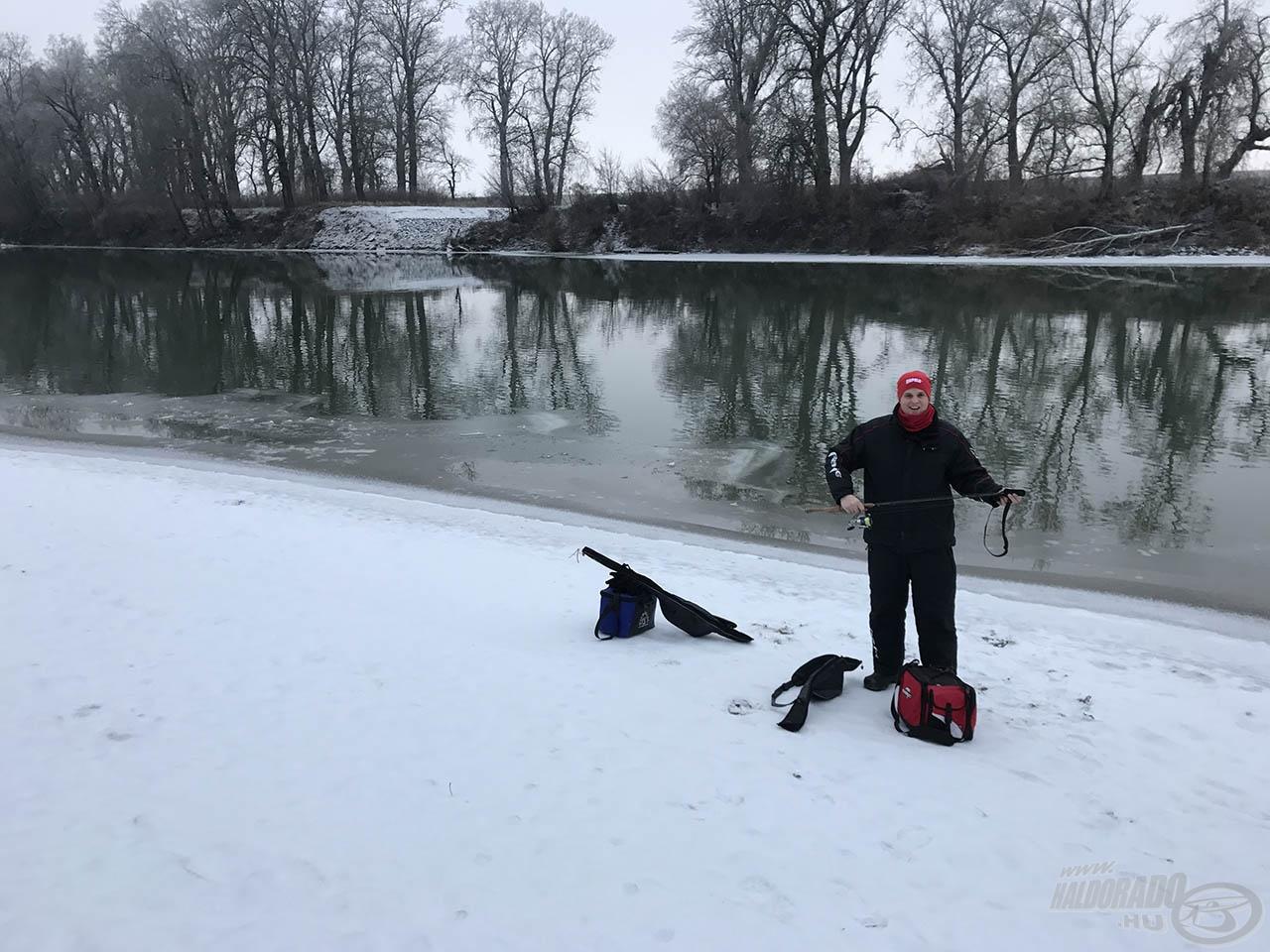 Bő 1 kilométer gyaloglás után szerencsénk volt, itt csak 1-2 méternyire nyúlt be a jég