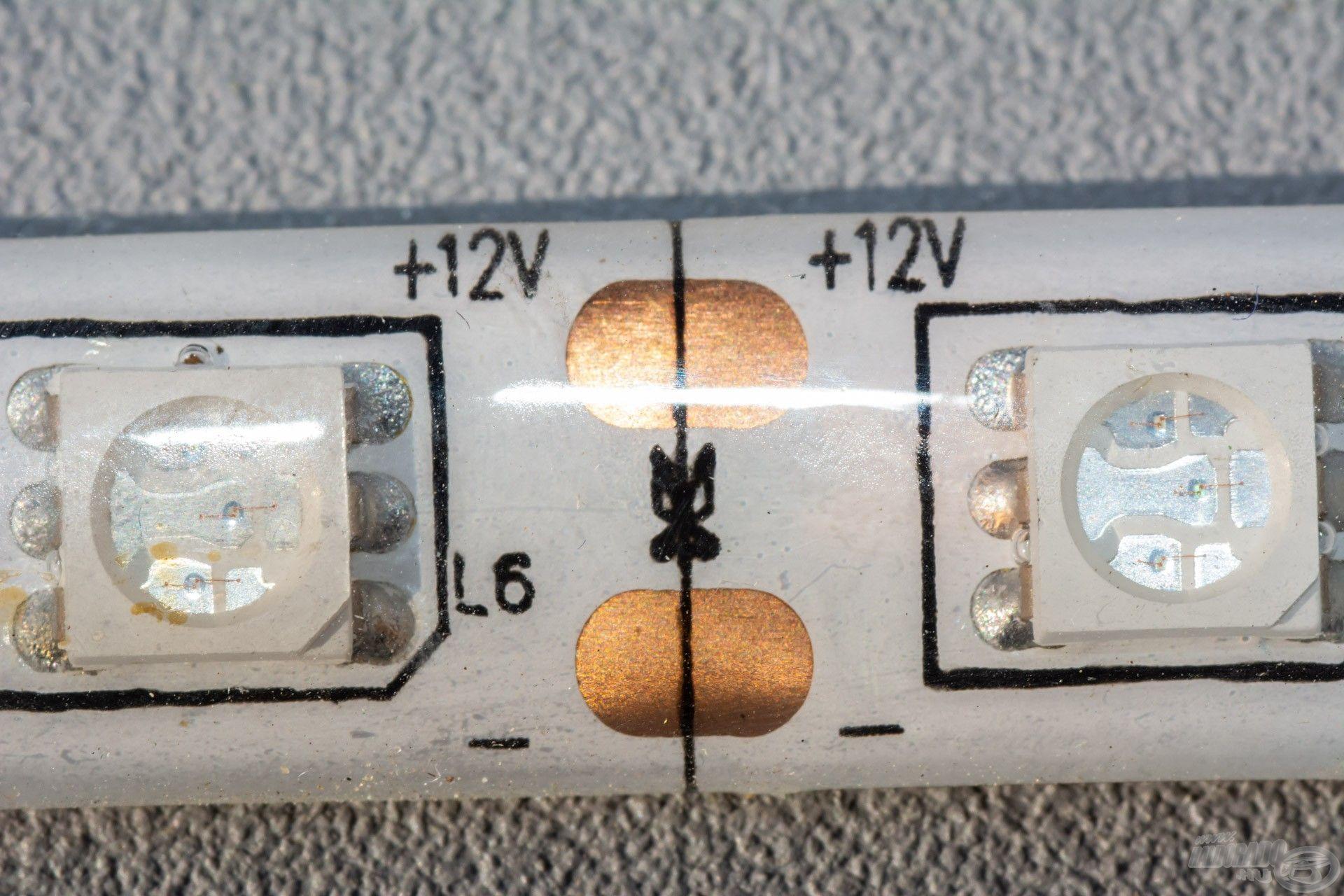 A szalagon jelölés található, ahol el lehet azt vágni, itt van a bekötési pontja is egyben