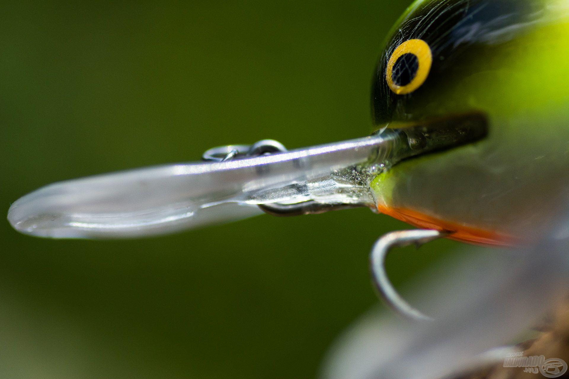 A rögzítő szem a testen végigfutó acélszárból van hajítva, mely a túloldalon a horgot is tartja, azaz egy darabból van az egész kialakítva