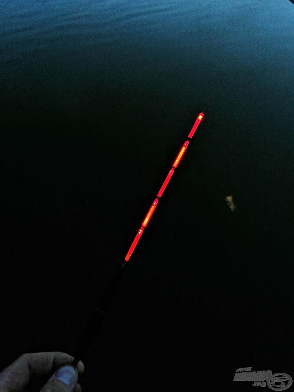 A világító multicolor apró rezdülése bármikor és bármilyen távolságból látható