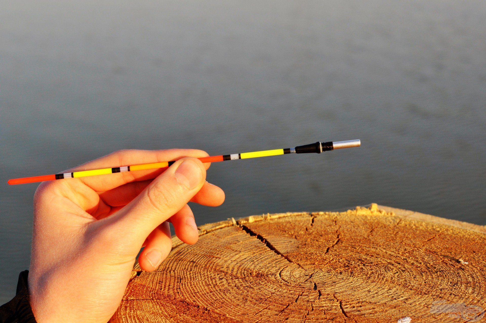 … fordítsuk meg az elemet úgy, hogy a tüske szorosan illeszkedjen az antennába…