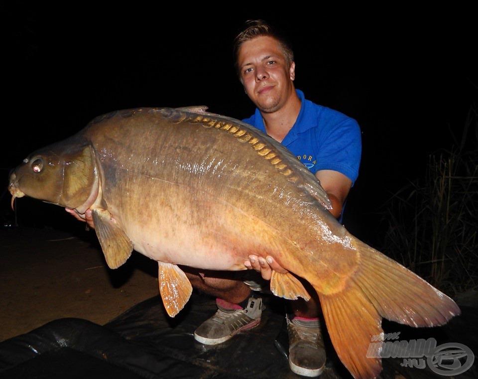 És amire nem is számítottam, a túra hala valamikor éjjeli 2 órakor érkezett meg e fantasztikus, 15,30 kg-os tükrös személyében. Hatalmas csatát vívtunk, 18-as főzsinórral élmény volt a fárasztása az éjszaka leple alatt