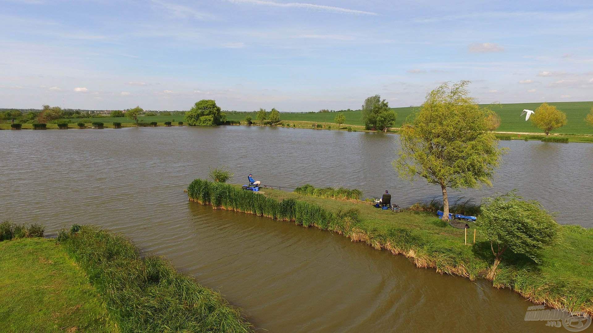Innen széles terület kínálkozott a tó középső szakaszán a túlpart irányába, illetve a zsilip vonzásterületén való kereső horgászatra