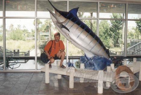 Álmaim egyik tengeri hala mellett az IGFA horgász múzeumban.