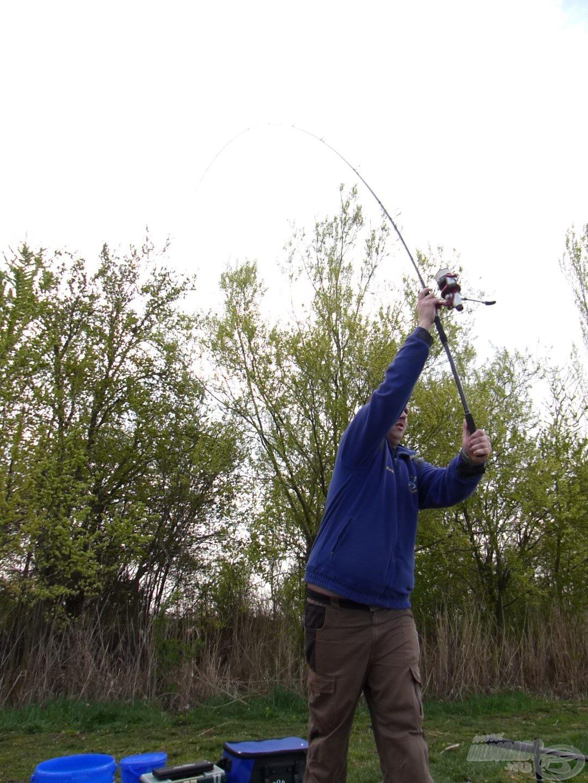 A horgászat egy pontos dobással vette kezdetét