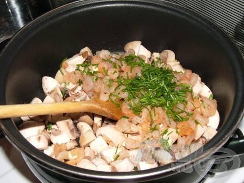 A megmosott, negyedekre vágott gombát olajon megpirítjuk, majd hozzátesszük a garnélát és az apróra vágott snidlinget