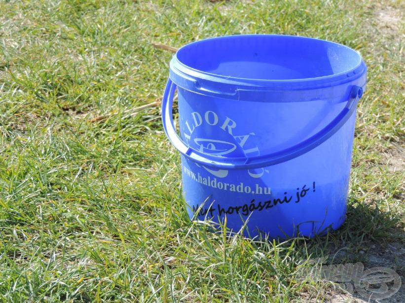 Előszeretettel használom a Haldorádó kék műanyag vödreit, nagyon praktikusak, nélkülözhetetlenek egy horgászathoz, legyen szó etetőanyag keverésről vagy tárolásról