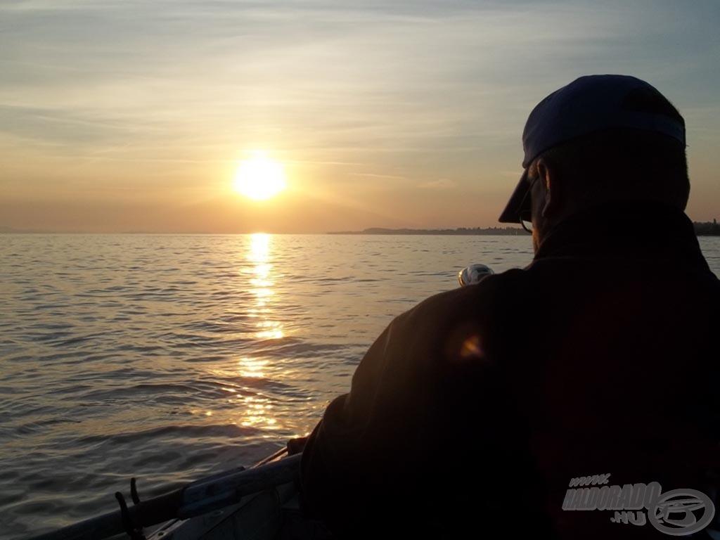 A napfelkelte a vízen talált bennünket, halkereséssel kezdtük a reggelt