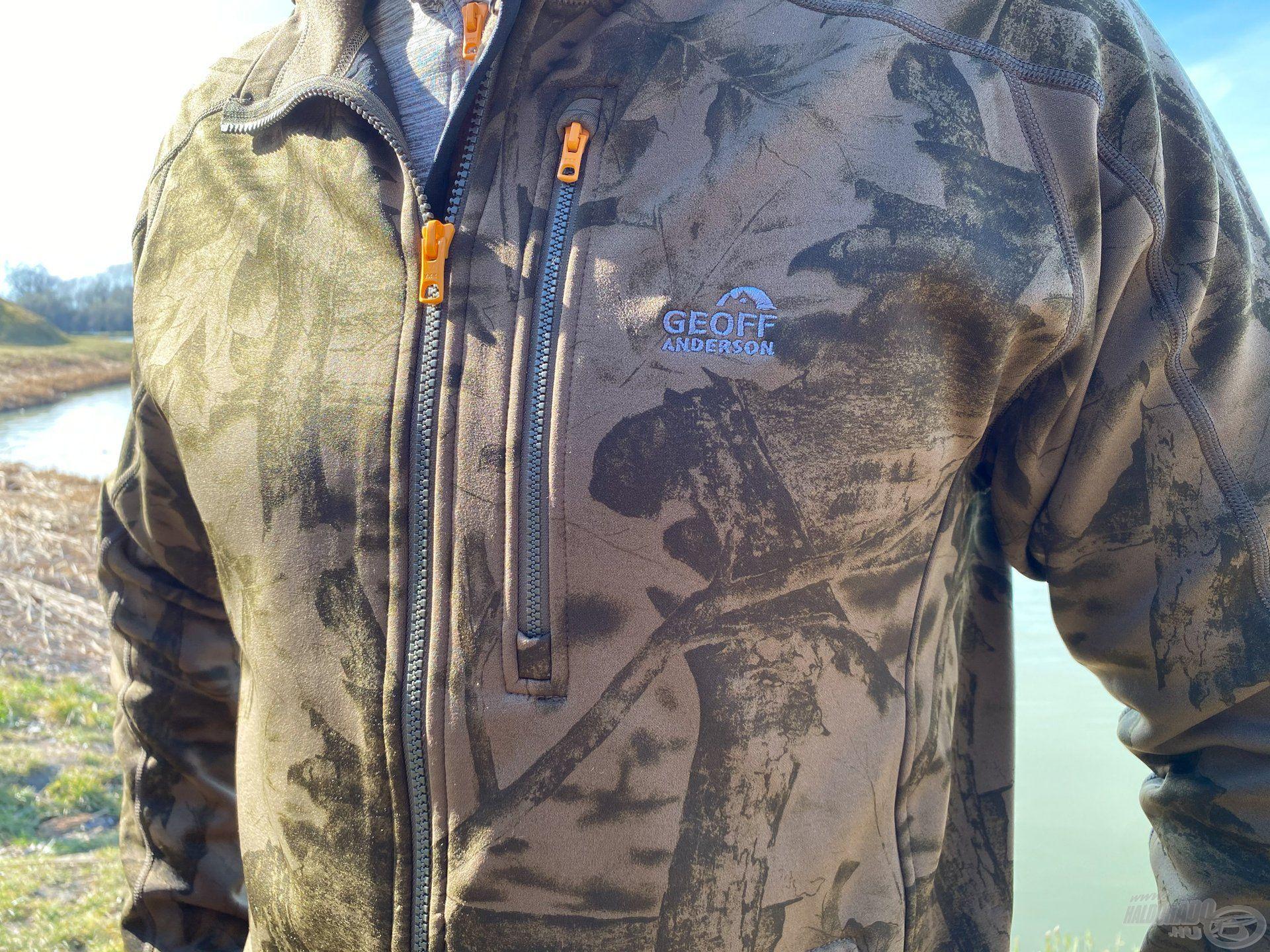 Ezen a felső ruházaton is megtalálható a mellkasi zipzáras zseb
