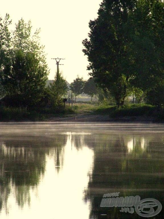 A tó egyik sarkát szemeltük ki horgászhelyünknek, itt kényelmesen elfértünk hárman
