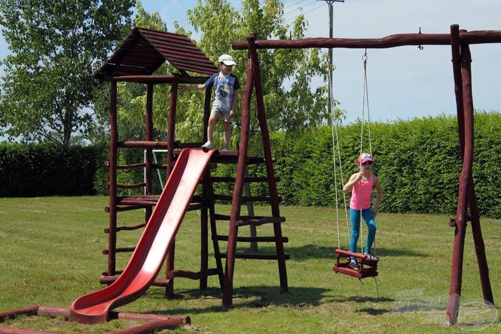 A területen kettő különálló játszótér található, hogy ne unatkozzanak a gyermekek