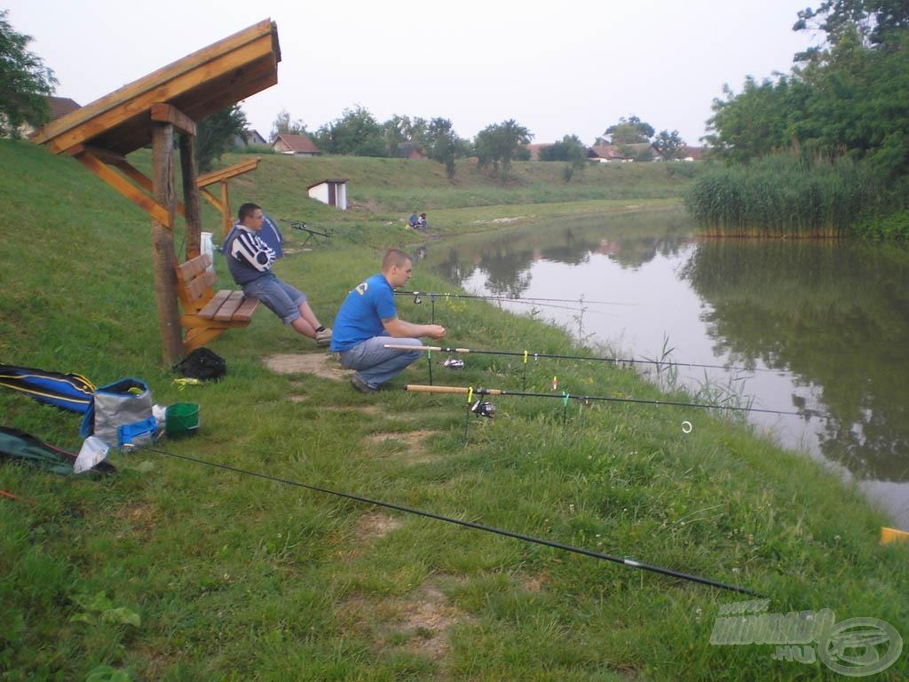 Rokonokkal jó a közös horgászat… előtérben a spiccbotom :)
