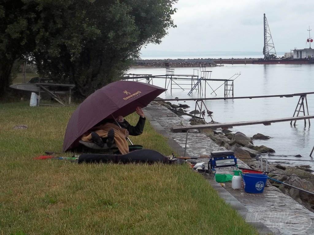 Gureega igazi horgász, a szerelékei mellett éjszakázott