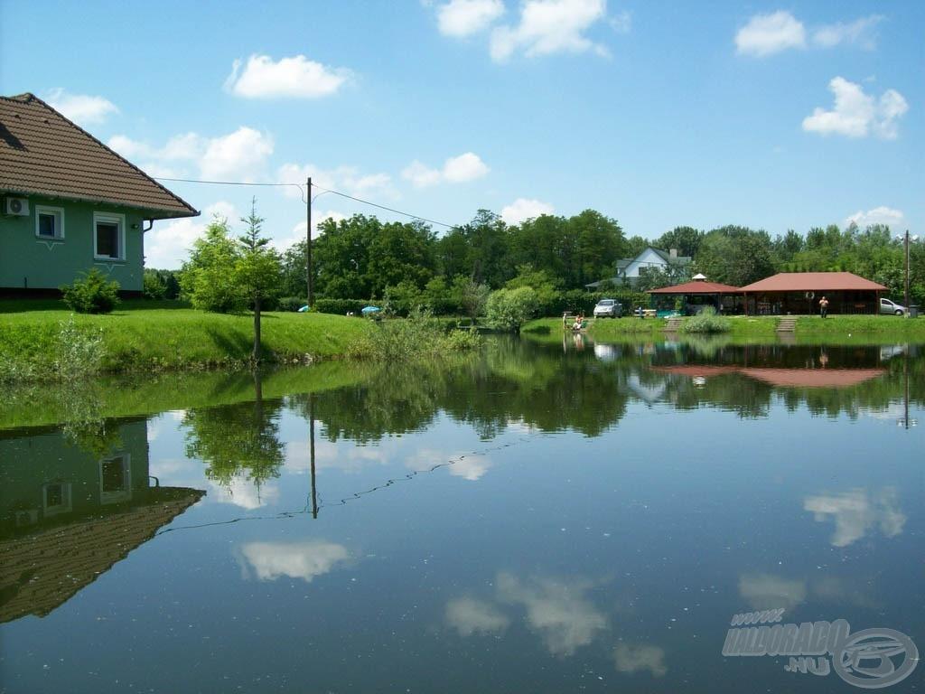 Hangulatos, kulturált kis tó