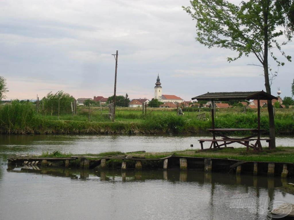 Az Eldoradó horgásztó, háttérben Jásztelek